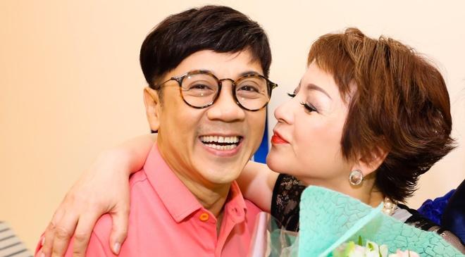 NSUT Thanh Loc mung ca si Ai Van ra mat hoi ky hinh anh