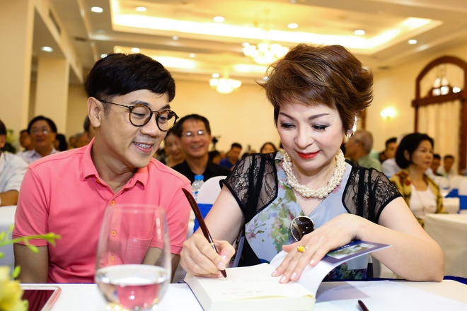 NSUT Thanh Loc mung ca si Ai Van ra mat hoi ky hinh anh 4