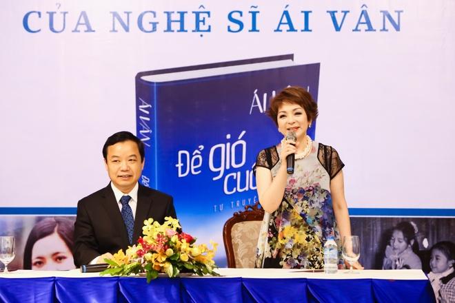 NSUT Thanh Loc mung ca si Ai Van ra mat hoi ky hinh anh 7
