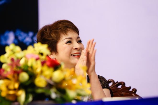 NSUT Thanh Loc mung ca si Ai Van ra mat hoi ky hinh anh 9