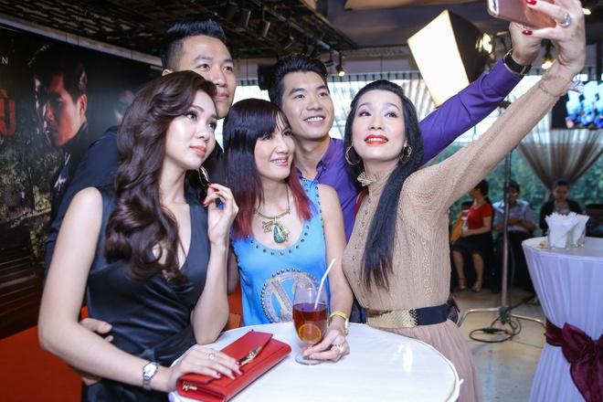 Truong Nam Thanh om 2 nguoi dep trong su kien hinh anh 7