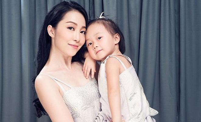 Linh Nga khoe do doi voi con gai 3 tuoi hinh anh