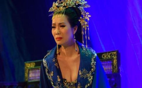 Trinh Kim Chi ho nguc bao vao vai hoang hau hinh anh