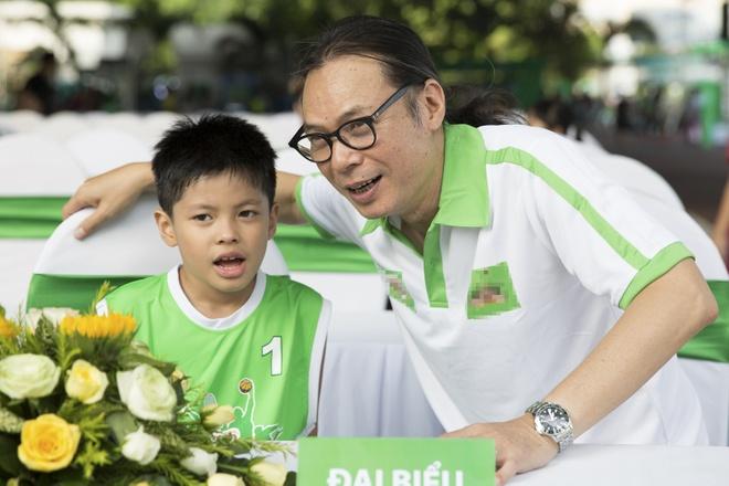 Cong Vinh huong dan con trai Jennifer Pham da bong hinh anh 5