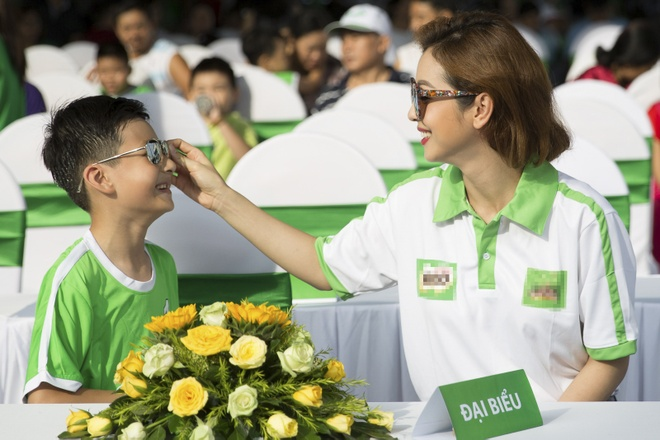 Cong Vinh huong dan con trai Jennifer Pham da bong hinh anh 1