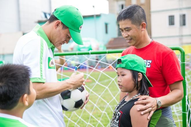 Cong Vinh huong dan con trai Jennifer Pham da bong hinh anh 6