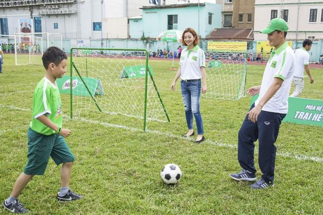 Cong Vinh huong dan con trai Jennifer Pham da bong hinh anh 3