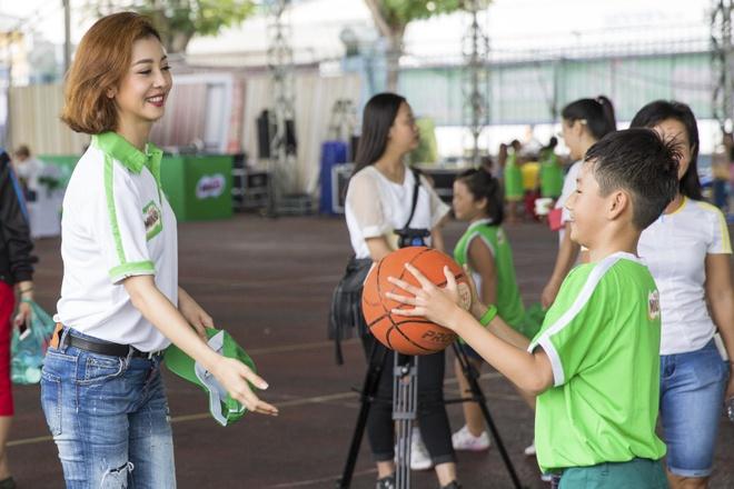 Cong Vinh huong dan con trai Jennifer Pham da bong hinh anh 2