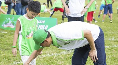 Cong Vinh huong dan con trai Jennifer Pham da bong hinh anh