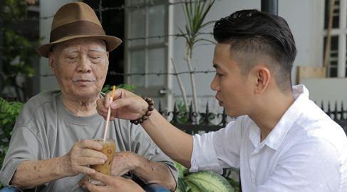Hoc tro Quang Dung dua nhac si Nguyen Van Ty di uong ca phe hinh anh