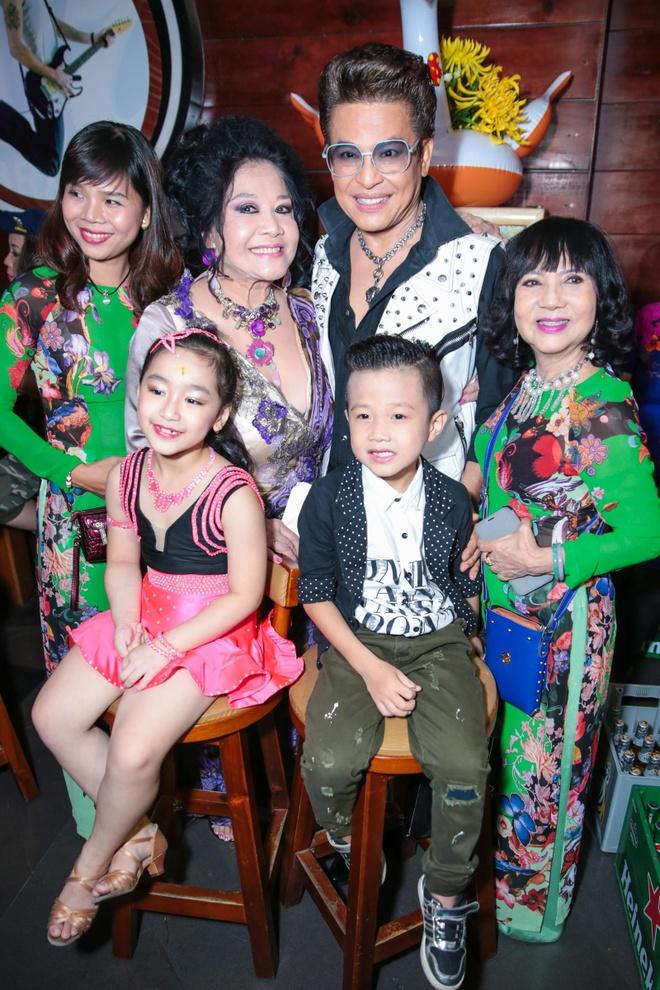 MC Thanh Bach va ba Thuy Nga uong ruou mung, cat banh kem hinh anh 5