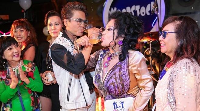 MC Thanh Bach va ba Thuy Nga uong ruou mung, cat banh kem hinh anh