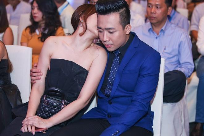 Tran Thanh - Hari Won nhin nhau say dam o su kien hinh anh 4