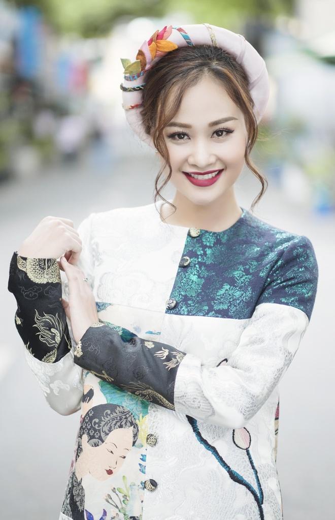 Ha Thuy Anh duyen dang voi ao dai gam hinh anh 1