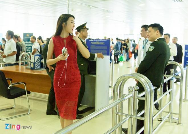 Hoa hau Do My Linh noi bat o san bay Tan Son Nhat hinh anh 7