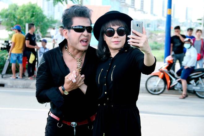 MC Thanh Bach - Viet Huong dien do doi di quay chuong trinh hinh anh 1