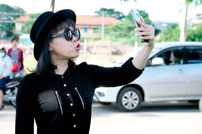 MC Thanh Bach - Viet Huong dien do doi di quay chuong trinh hinh anh 3