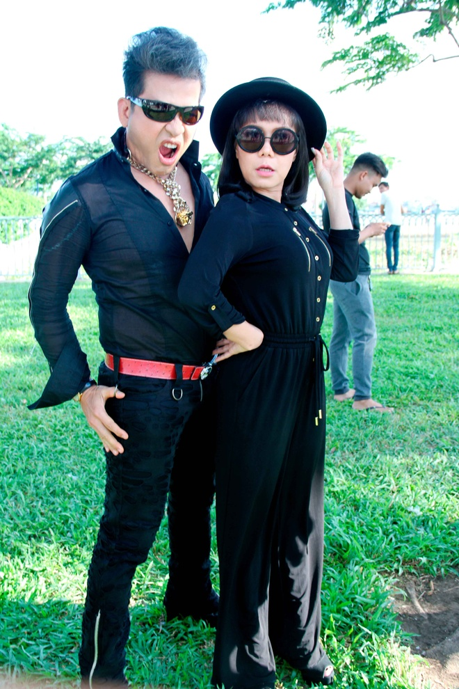 MC Thanh Bach - Viet Huong dien do doi di quay chuong trinh hinh anh 2