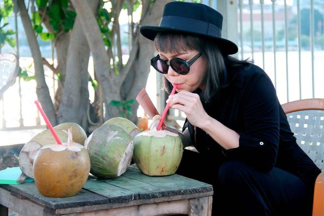 MC Thanh Bach - Viet Huong dien do doi di quay chuong trinh hinh anh 6