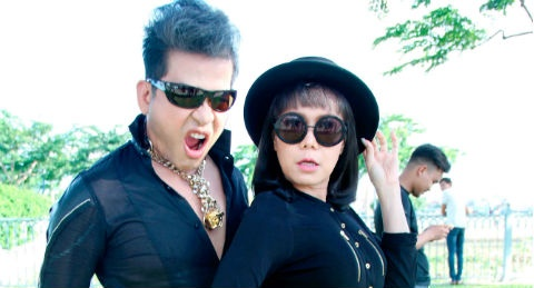 MC Thanh Bach - Viet Huong dien do doi di quay chuong trinh hinh anh