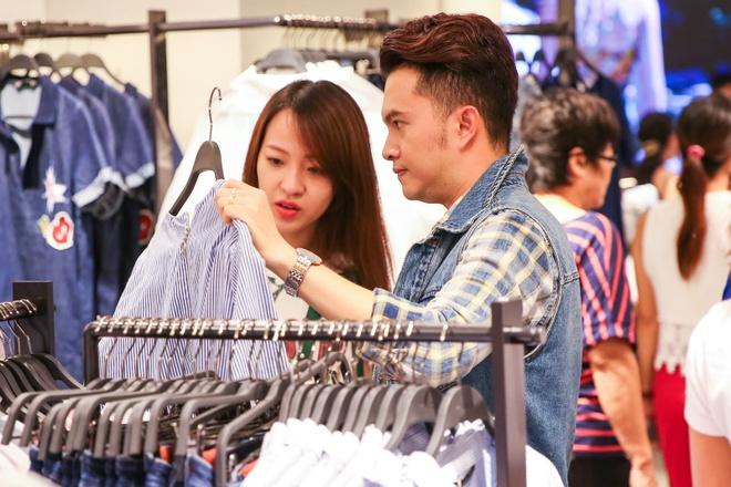 Nam Cuong cung vo mang bau 4 thang di mua sam hinh anh 3