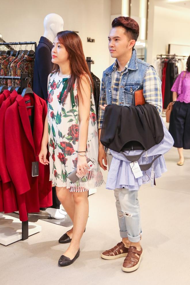 Nam Cuong cung vo mang bau 4 thang di mua sam hinh anh 2