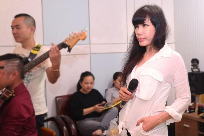 Hong Nhung hoi ngo Khanh Ly trong dem nhac tai TP.HCM hinh anh 7
