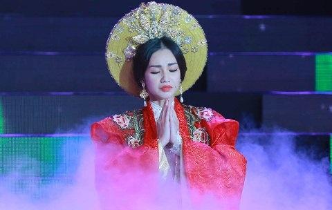 Quynh Chi long lay trong vai hoang thai hau hinh anh