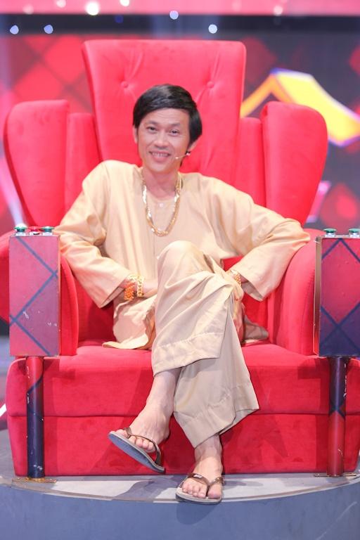 Hoai Linh deo vang day nguoi khi ngoi ghe nong hinh anh 2