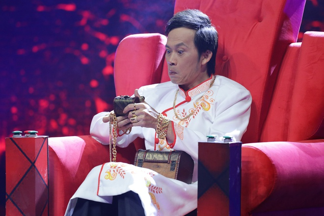 Hoai Linh deo vang day nguoi khi ngoi ghe nong hinh anh 1