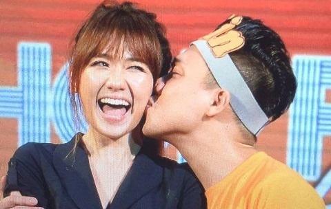 Tran Thanh hon Hari Won trong buoi hop fan hinh anh