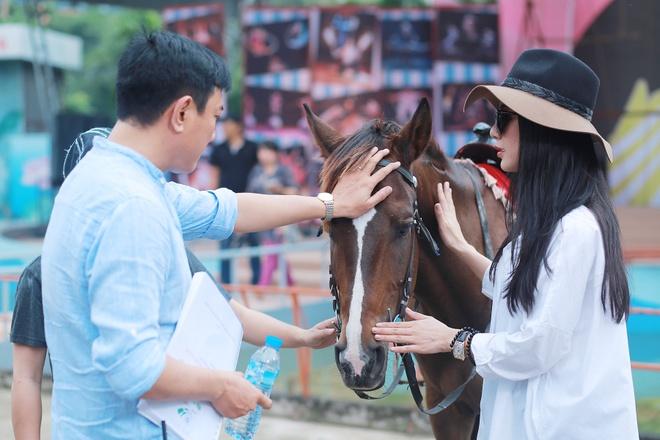 Diep Lam Anh sua trang phuc cho hau due cua Thanh Long hinh anh 4