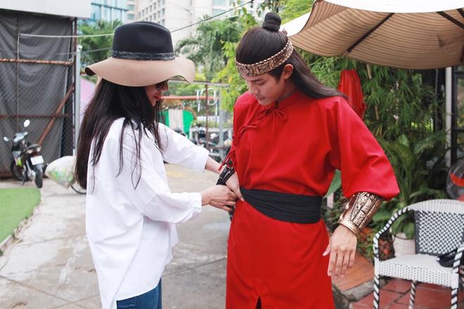 Diep Lam Anh sua trang phuc cho hau due cua Thanh Long hinh anh 2