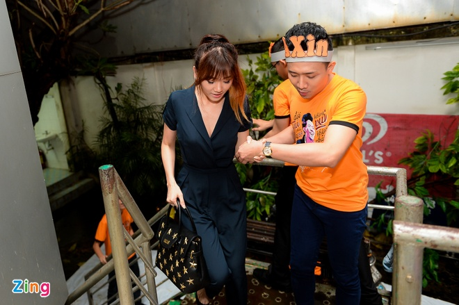 Tran Thanh hon Hari Won trong buoi hop fan hinh anh 1