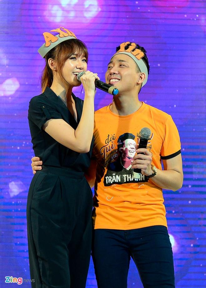 Tran Thanh hon Hari Won trong buoi hop fan hinh anh 2