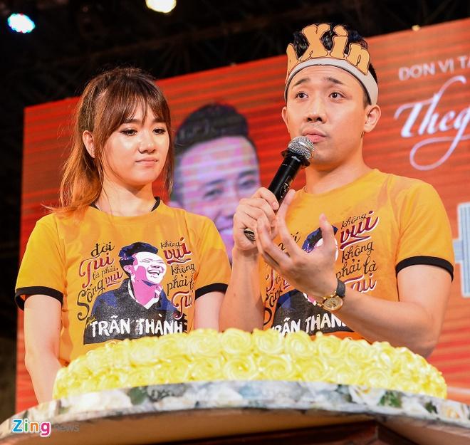Tran Thanh hon Hari Won trong buoi hop fan hinh anh 6