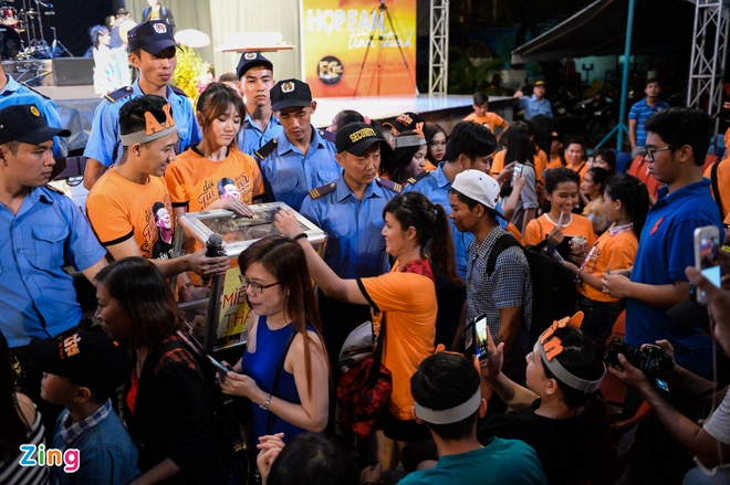 Tran Thanh hon Hari Won trong buoi hop fan hinh anh 11