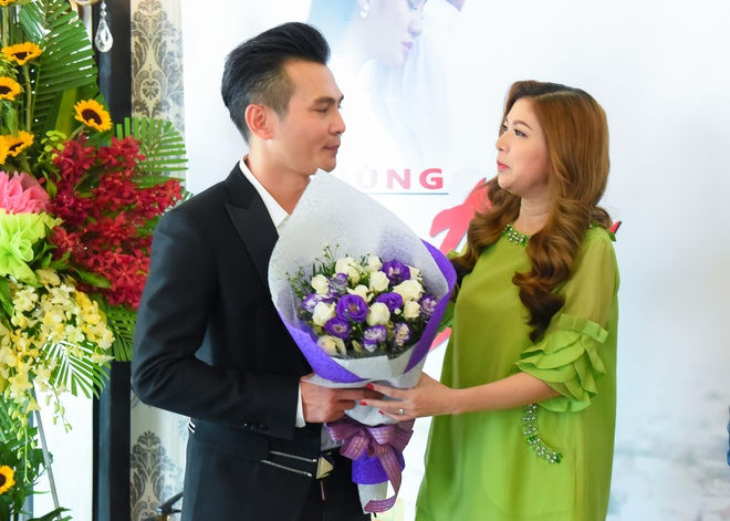 Pham Thanh Thao ve nuoc chuc mung Lam Hung ra mat album hinh anh 2