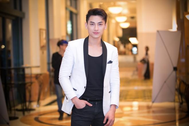 'Gai nhay' Minh Thu mac goi cam di xem phim cua Hong Anh hinh anh 9