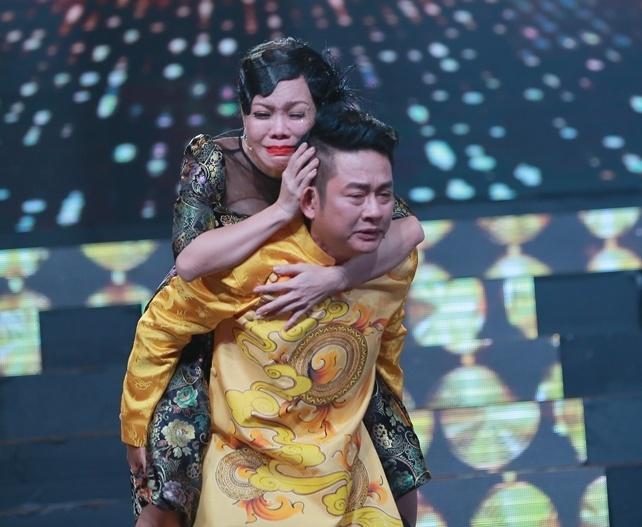 Viet Huong khoc nuc no khi duoc Tan Beo cong tren san khau hinh anh 1