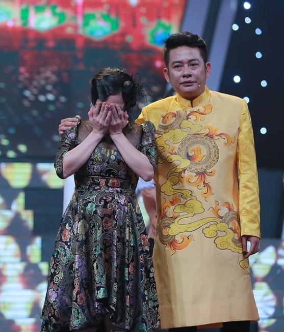 Viet Huong khoc nuc no khi duoc Tan Beo cong tren san khau hinh anh 2