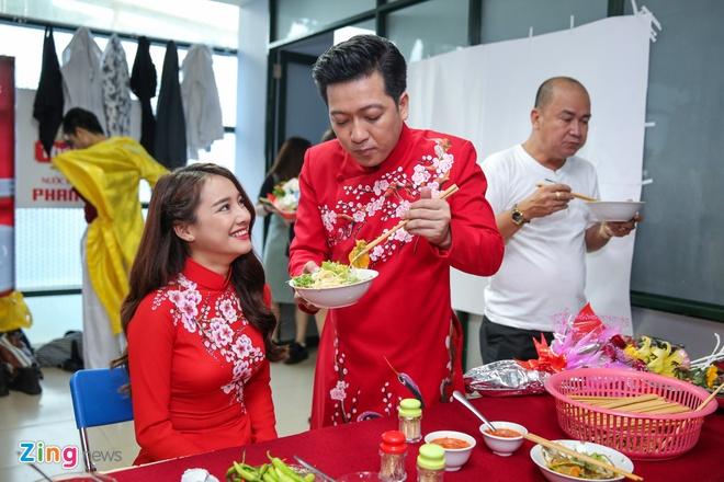 Nha Phuong cham soc Truong Giang trong hau truong live show hinh anh 4