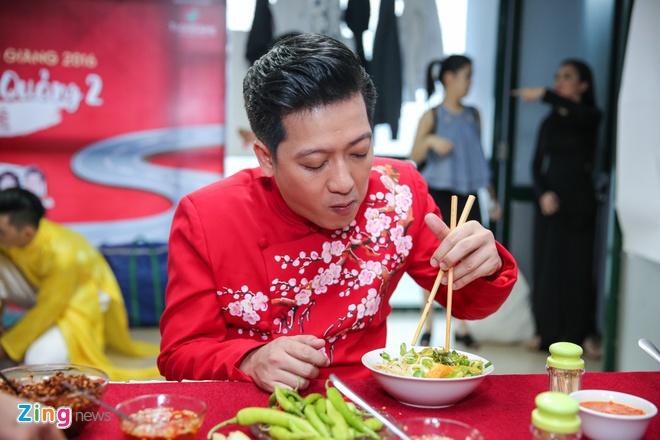 Nha Phuong cham soc Truong Giang trong hau truong live show hinh anh 3