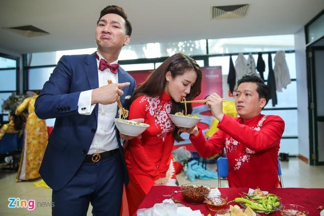 Nha Phuong cham soc Truong Giang trong hau truong live show hinh anh 5