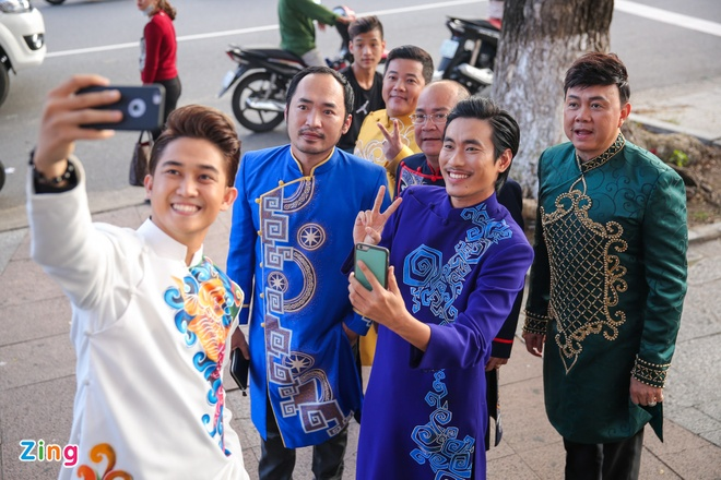 Nha Phuong cham soc Truong Giang trong hau truong live show hinh anh 12