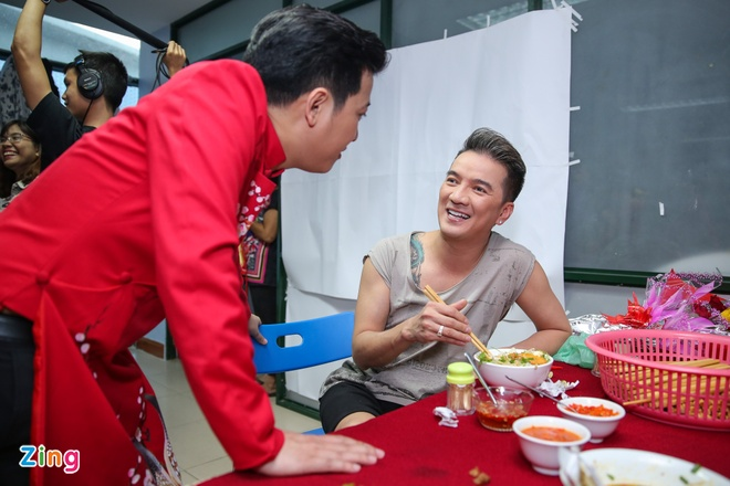 Nha Phuong cham soc Truong Giang trong hau truong live show hinh anh 9