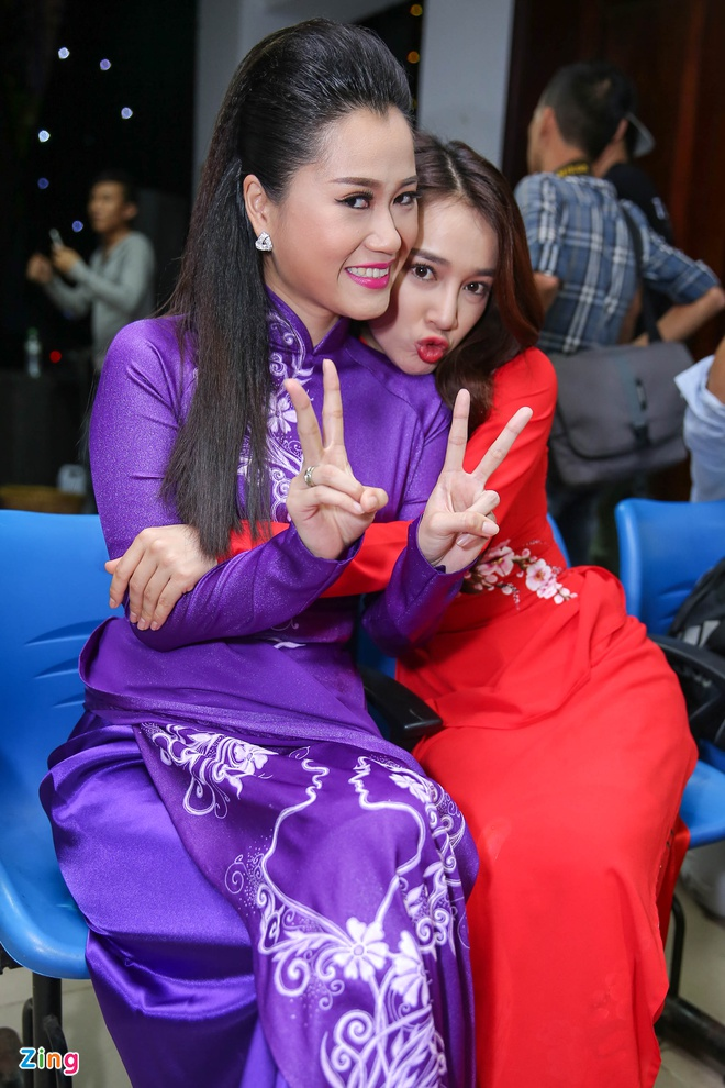 Nha Phuong cham soc Truong Giang trong hau truong live show hinh anh 11