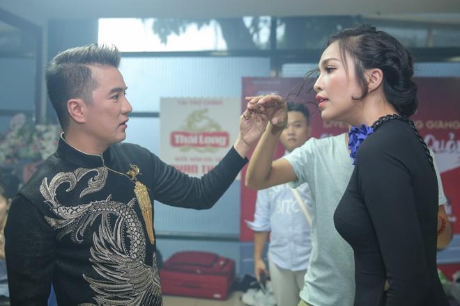 Nha Phuong cham soc Truong Giang trong hau truong live show hinh anh 10
