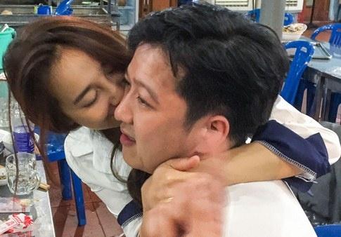 Nha Phuong om hon Truong Giang khi di an khuya hinh anh