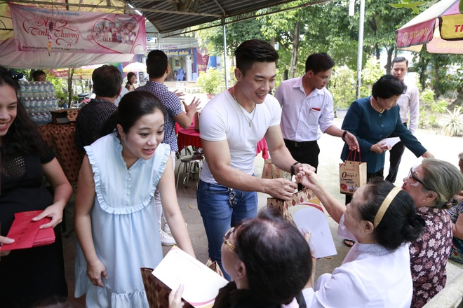 Bau 8 thang, MC Hong Phuong van cung chong di tu thien hinh anh 1